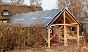 Udhus med solcellepanel