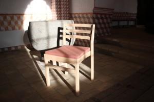 Gerlev-stol foran døbenfonden i Gudme Kirke