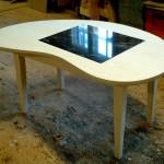 Bønneformet sofabord i ask med indlagt granit